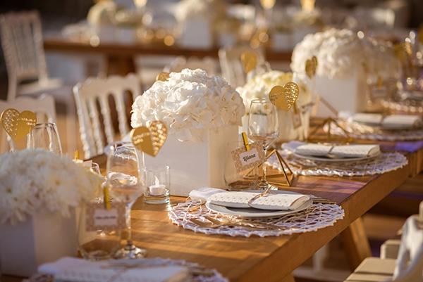 Διακοσμηση δεξιωσης με λευκο και χρυσο χρωμα