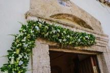 Στολισμος εκκλησιας με κιτρινα και λευκα ανθη