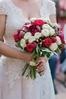 Νυφικη ανθοδεσμη με τριανταφυλλα και παιωνιες