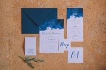 Προσκλητηρια γαμου με royal blue λεπτομερειες