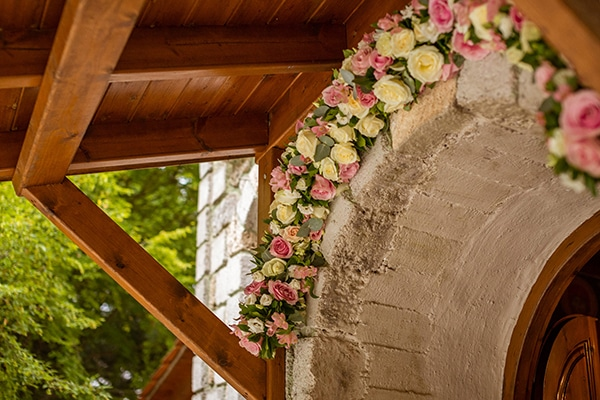 Γιρλαντα απο λουλουδια στην εισοδο της εκκλησιας