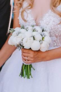 Νυφικη ανθοδεσμη με λευκά λουλούδια