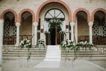 Στολισμος εκκλησιας με ομορφες ανθοστηλες