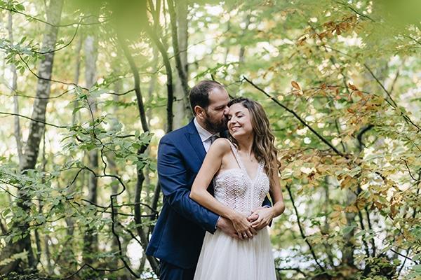 21d3592324d Ρομαντικός γάμος στο Πήλιο σε λευκές και peach αποχώσεις | Μαρίνα & Νίκος