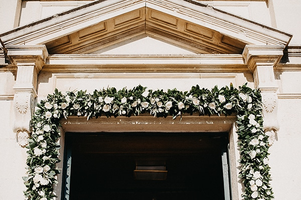 Πανεμορφη αψιδα με λευκα λουλουδια