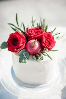 Λευκη τουρτα στολισμενη με λουλουδια