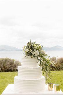 Λευκη τουρτα γαμου με λουλουδια