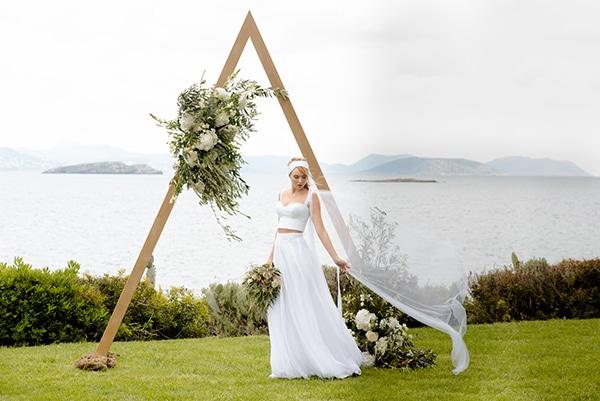 Ξυλινη, τριγωνικη αψιδα με λουλουδια