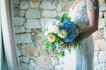 Πανεμορφη νυφικη ανθοδεσμη σε μπλε, peach και λευκο χρωμα