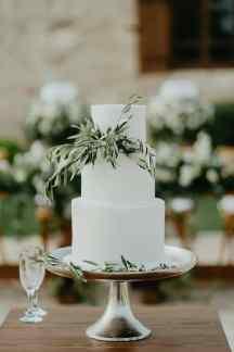 Ολολευκη τουρτα γαμου με φυλλα ελιας