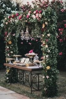 Ιδιαιτερη αψιδα με εντονα λουλουδια