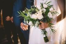 Ασυμμετρη νυφικη ανθοδεσμη με λευκα τριανταφυλλα