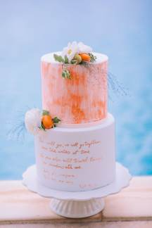 Ιδιαιτερη τουρτα γαμου με πορτοκαλι λεπτομερειες