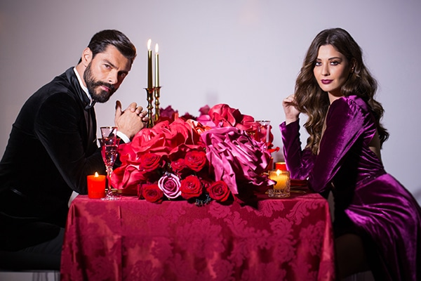 luxurious-elegant-christmas-styled-shoot-burgundy-hues_01