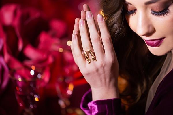 luxurious-elegant-christmas-styled-shoot-burgundy-hues_14x