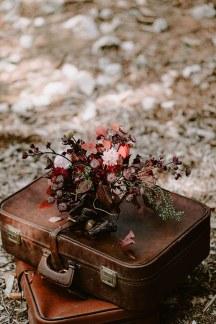 Πανεμορφη νυφικη ανθοδεσμη σε κοκκινες αποχρωσεις