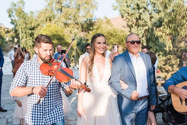 summer-wedding-kea-island-backdrop-endless-blue-sea_15