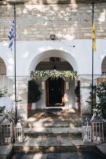 Υπεροχος στολισμος εκκλησιας με λευκα λουλουδια